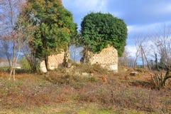 Καταστροφές ενός αρχαίου κτηρίου στο χωριό Otkhara Αμπχαζία Στοκ Εικόνες