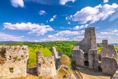 Καταστροφές ενός μεσαιωνικού κάστρου Beckov με την περιβάλλουσα επαρχία στοκ φωτογραφίες με δικαίωμα ελεύθερης χρήσης