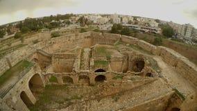 Καταστροφές ενός μεσαιωνικού φρουρίου και μιας σύγχρονης πόλης στην απόσταση φιλμ μικρού μήκους