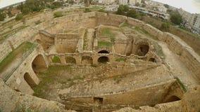 Καταστροφές ενός μεσαιωνικού φρουρίου και μιας σύγχρονης πόλης στην απόσταση απόθεμα βίντεο
