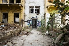 Καταστροφές ενός παραδοσιακού λιβανέζικου σπιτιού με τα γκράφιτι στη Βηρυττό, Λίβανος Στοκ Εικόνες