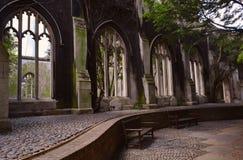 Καταστροφές ενός παλαιού αβαείου που μετατρέπεται στον κήπο Στοκ φωτογραφία με δικαίωμα ελεύθερης χρήσης