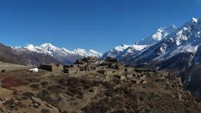 Καταστροφές ενός παλαιού χωριού κοντά σε Manang και υψηλά βουνά της σειράς Annapurna Στοκ φωτογραφίες με δικαίωμα ελεύθερης χρήσης