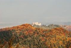 Καταστροφές κάστρων Lietavsky hrad με το ζωηρόχρωμο δάσος φθινοπώρου γύρω στη Σλοβακία Στοκ Εικόνες