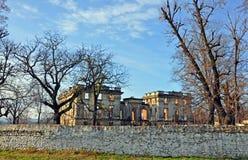 Καταστροφές κάστρων Trianon πέρα από τον αρχαίο τοίχο Στοκ Εικόνες