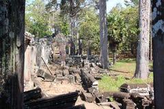 Καταστροφές και τοίχοι μιας αρχαίας πόλης σε Angkor σύνθετο, κοντά στο α Στοκ φωτογραφία με δικαίωμα ελεύθερης χρήσης