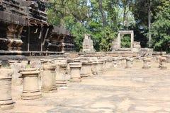 Καταστροφές και τοίχοι μιας αρχαίας πόλης σε Angkor σύνθετο, κοντά στο α Στοκ Εικόνα