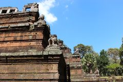 Καταστροφές και τοίχοι μιας αρχαίας πόλης σε Angkor σύνθετο, κοντά στο α Στοκ Εικόνες