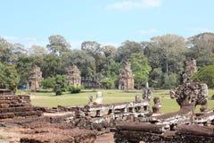 Καταστροφές και τοίχοι μιας αρχαίας πόλης σε Angkor σύνθετο, κοντά στο α Στοκ φωτογραφίες με δικαίωμα ελεύθερης χρήσης