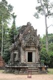Καταστροφές και τοίχοι μιας αρχαίας πόλης σε Angkor σύνθετο, κοντά στο α Στοκ Φωτογραφίες