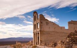 Καταστροφές κτηρίου τράπεζας Rhyolite της πόλης-φάντασμα κοιλάδων θανάτου της Νεβάδας στοκ εικόνα