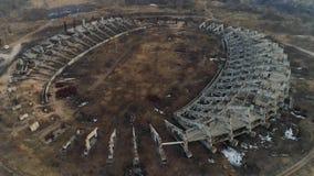 Καταστροφές μιας μεγάλης κατασκευής γηπέδου ποδοσφαίρου Εναέριο μήκος σε πόδηα κηφήνων απόθεμα βίντεο