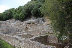 Καταστροφές Παλαιοί πέτρινοι τοίχοι στο αρχαίο λιμάνι Butrint στοκ εικόνα με δικαίωμα ελεύθερης χρήσης