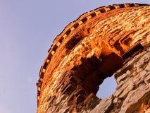 Καταστροφές πύργων του μύλου Windsor με δύο παράθυρα που εμφανίζονται όπως τα μάτια στο ηλιοβασίλεμα στην περιοχή stredohori Cesk Στοκ εικόνες με δικαίωμα ελεύθερης χρήσης