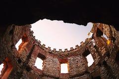Καταστροφές πύργων του μύλου Windsor με δύο παράθυρα που εμφανίζονται όπως τα μάτια στο ηλιοβασίλεμα στην περιοχή stredohori Cesk Στοκ εικόνα με δικαίωμα ελεύθερης χρήσης