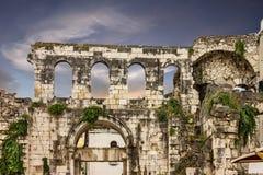 Καταστροφές στην Κροατία, διάσπαση, τοίχος παλατιών Diocletian στοκ εικόνα
