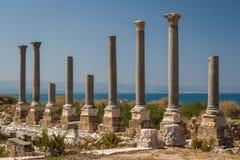 Καταστροφές της ρωμαϊκής πόλης στο ελαστικό αυτοκινήτου στοκ φωτογραφίες