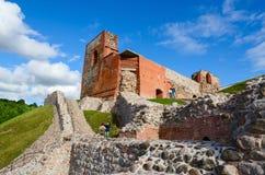 Καταστροφές του ανώτερου Castle Vilna ενάντια στο φωτεινό μπλε ουρανό, Vilnius, λι Στοκ Εικόνες