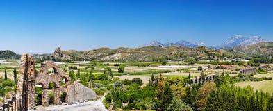 Καταστροφές του αρχαίου ρωμαϊκού υδραγωγείου σε Aspendos, Τουρκία Στοκ Εικόνα