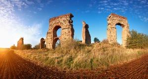 Καταστροφές του αρχαίου υδραγωγείου στον τρόπο Appia στη Ρώμη, Ιταλία Στοκ Εικόνες
