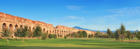 Καταστροφές του αρχαίου υδραγωγείου στον τρόπο Appia στη Ρώμη, Ιταλία Στοκ φωτογραφίες με δικαίωμα ελεύθερης χρήσης
