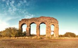 Καταστροφές του αρχαίου υδραγωγείου στον τρόπο Appia στη Ρώμη, Ιταλία Στοκ εικόνα με δικαίωμα ελεύθερης χρήσης