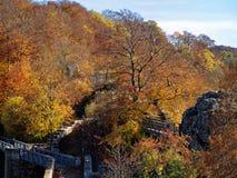 Καταστροφές του κάστρου Helfenstein στο δάσος μέχρι το ινδικό καλοκαίρι Στοκ Εικόνες