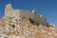 Καταστροφές του μεσαιωνικού κάστρου στο χωριό Archangelos Στοκ Εικόνες
