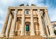 Καταστροφές του ναού Antoninus και Faustina στη Ρώμη, Ιταλία Στοκ Εικόνες
