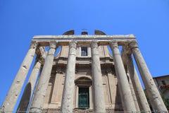 Καταστροφές του ναού Antoninus και Faustina στο ρωμαϊκό φόρουμ, Ρώμη, Στοκ Φωτογραφίες
