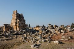 Καταστροφές του ναού Appollo με το φρούριο πίσω σε αρχαίο Corinth, Πελοπόννησος, Ελλάδα Στοκ Εικόνα