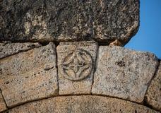 Καταστροφές του ναού Appollo με το φρούριο πίσω σε αρχαίο Corinth, Πελοπόννησος, Ελλάδα Στοκ εικόνες με δικαίωμα ελεύθερης χρήσης