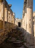 Καταστροφές του ναού Appollo με το φρούριο πίσω σε αρχαίο Corinth, Πελοπόννησος, Ελλάδα Στοκ Εικόνες