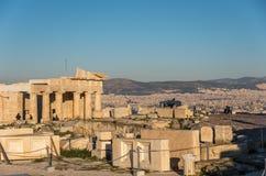 Καταστροφές του ναού Parthenon με τη μνημειακή πύλη Propylaea στο τ στοκ εικόνες
