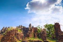 Καταστροφές του ναού Phnom Bakheng σε Angkor Wat σύνθετο Στοκ Εικόνες