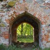 Καταστροφές του παλαιού churche, η είσοδος, Λετονία, Embute Στοκ Φωτογραφία