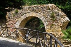 Καταστροφές του παλαιού aquaduct κοντά στη διάσημη ρωμαϊκή βίλα στην πλατεία Armerina, Σικελία Στοκ Φωτογραφία