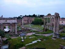 Καταστροφές του ρωμαϊκού φόρουμ με τα archs και τους σωρούς στη Ρώμη Στοκ εικόνα με δικαίωμα ελεύθερης χρήσης