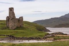 Καταστροφές του Castle Ardvrech από πέρα από τη λίμνη, Σκωτία Στοκ Εικόνες