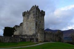 Καταστροφές του Ross Castle σε Killarney Ιρλανδία μια νεφελώδη ημέρα Στοκ Φωτογραφία