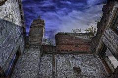 Καταστροφές του shabby κτηρίου που καλύπτονται από τη βλάστηση Στοκ Φωτογραφία