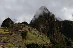 Καταστροφές Picchu Machu με τα βουνά και τα σύννεφα Στοκ Εικόνες