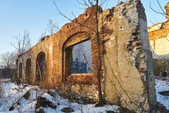 Καταστροφή, ένας??????????? τοίχος ενός κατεδαφισμένου παλαιού κτηρίου στοκ εικόνες με δικαίωμα ελεύθερης χρήσης