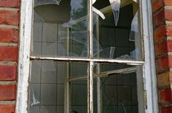 Καταστροφή ενός μεγάλου σπιτιού τούβλου μετά από μια πυρκαγιά στη σοφίτα για να διευκρινίσει την κλοπή και το βανδαλισμό εμπρησμο στοκ εικόνα