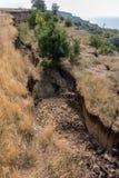 Καταστροφή καθιζήσεων εδάφους βουνών στη sesmically επικίνδυνη περιοχή Μεγάλες ρωγμές στη γη, κάθοδος των μεγάλων στρωμάτων του γ στοκ εικόνες με δικαίωμα ελεύθερης χρήσης