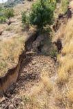 Καταστροφή καθιζήσεων εδάφους βουνών στη sesmically επικίνδυνη περιοχή Μεγάλες ρωγμές στη γη, κάθοδος των μεγάλων στρωμάτων του γ στοκ φωτογραφίες