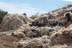 Καταστροφή οικολογίας και ρύπανση της φύσης, πλαστικά απορρίματα decomp Στοκ Φωτογραφίες
