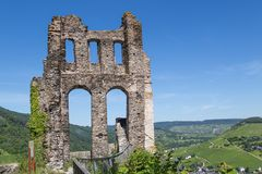 Καταστροφή του κάστρου Grevenburg κοντά σε traben-Trarbach κατά μήκος του γερμανικού ποταμού Μοζέλλας Στοκ φωτογραφία με δικαίωμα ελεύθερης χρήσης