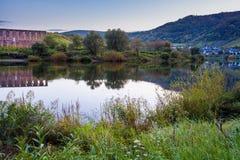 Καταστροφή Stuben μοναστηριών και το χωριό Bremm στους ποταμούς Μοζέλλα Στοκ Φωτογραφία