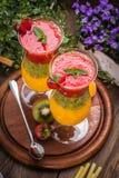 Καταφερτζήδες με τους νωπούς καρπούς Φράουλες, βερίκοκα, ακτινίδιο στοκ εικόνες